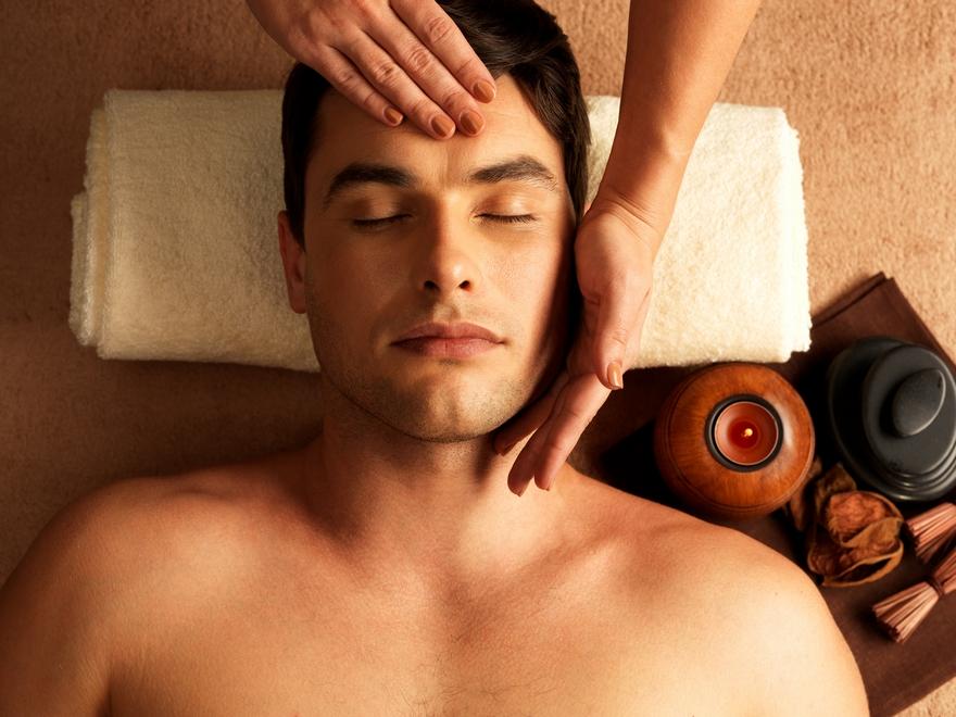 Homme en train de se faire masser le visage